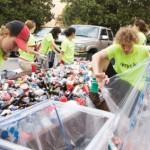 personas reciclando